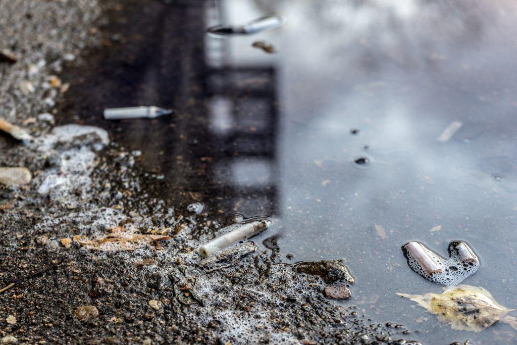 cigarettes dans une flaque d'eau
